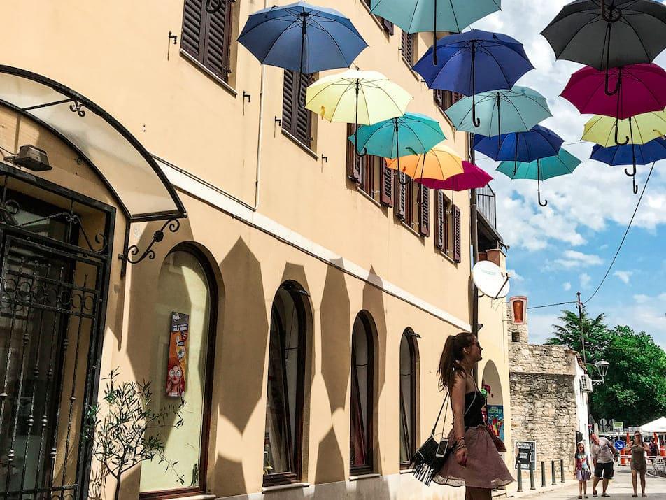 Novigrad Reisebericht Highlights Sehenswürdigkeiten Regenschirme Gassen